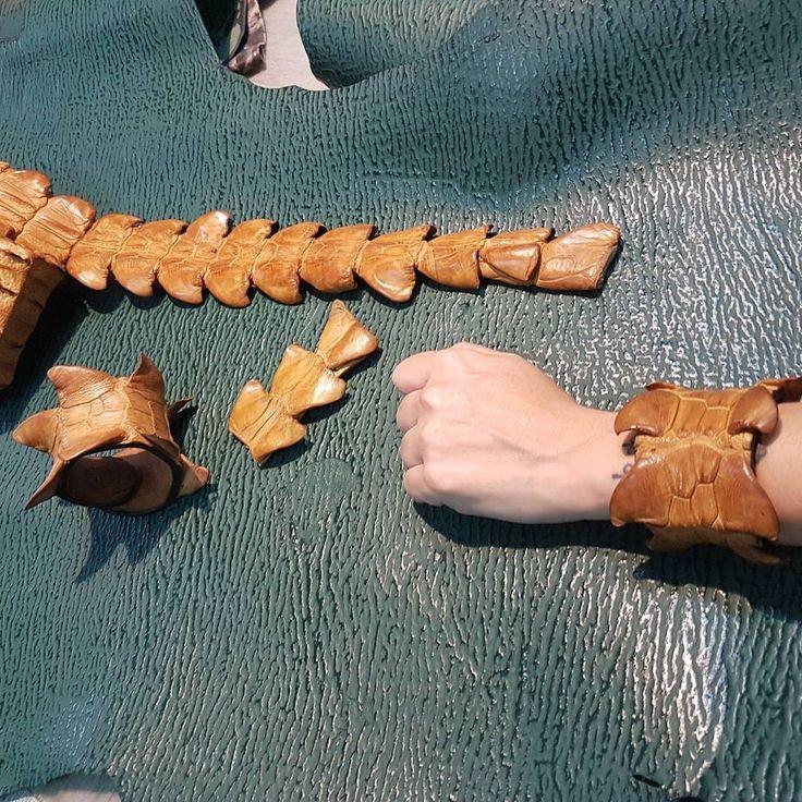 Que llega el verano  Preparando  Pulseras de cola de  Cocodrilo  Interior de piel vaca  Hipoalergénicas  Con certificado de protección de especies C.I.T.E.S #leathercraft #leatherbag #leatherwork #leatherhandmade #leathershop #handmade #wallet #carteras #hechoamano #artesania #moda #madrid #pythonleather #moda #vintage #madespain #exoticleather #exoticskin #python  #cuero #cosidoamano  #cocodrilo #aligator #vikings #brazalet #brazalete #leather #pulseracuero #pulseras