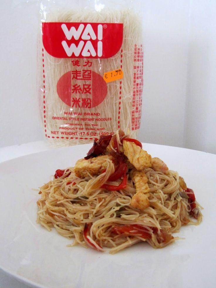 Fideos de arroz chinos con pechuga de pollo, cebolla, pimiento rojo y salsa de soja. Mmmm.... BARATO Y RIQUÍSIMO!!