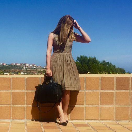16 Vestido Mago Suite. Precioso vestido de tacto suave muy fesquito de falda midi por debajo de la rodilla en color caqui, es ideal para ir a t