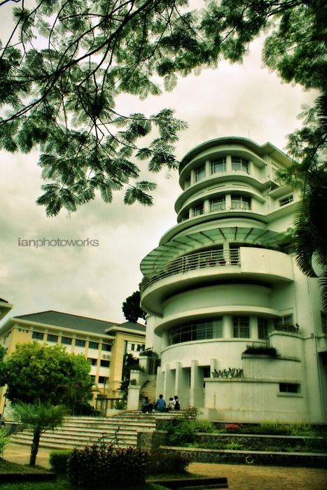 Villa Isola, Bandung,  dibangun tahun 1933, milik dari juragan belanda Dominique Willem Barretty.  Pernah menjadi bagian dari hotel savoy homann dan sekarang menjadi rektorat UPI