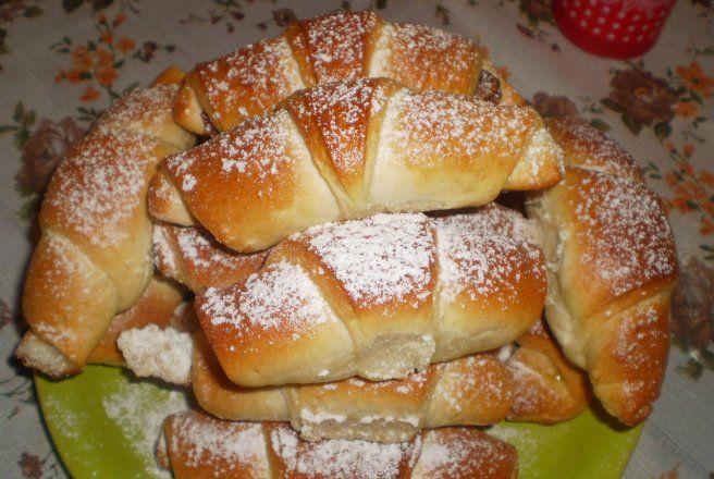 Retete Culinare - Cornuri cu nuca si dulceata de macese