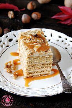 Przepis: ciasto marlenka. Pyszne miodowe ciasto złożone z wielu warstw przekładanych kremem budyniowo-maślanym o karmelowym smaku.