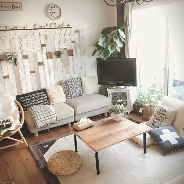tomoさんの、My Desk,ラグ,無印良品のソファ,サイドテーブルDIY,ニトリのブランケット,しまむら×ハリスツイード,ベニヤのスクラップウッド風,余った床の材料でサイドテーブルについての部屋写真