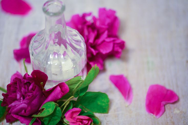 Woda różana pochodzi z Persji. Płatki róży są bogate w witaminy A, B3, C, D i E oraz przeciwutleniacze, flawonoidy, cynk. Z płatków można zrobić np. peeling