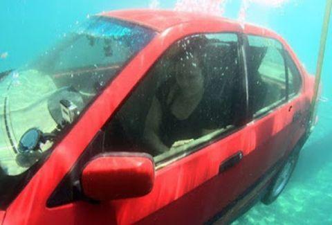 Μεγάλη προσοχή! Τι πρέπει να κάνετε αν πέσετε με το αυτοκίνητο στην θάλασσα; (VIDEO)
