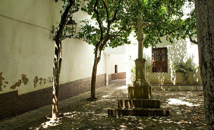 El crucero de la Plaza de Santa Marta se encontraba previamente en el Hospital de San Lázaro, donde era Humilladero