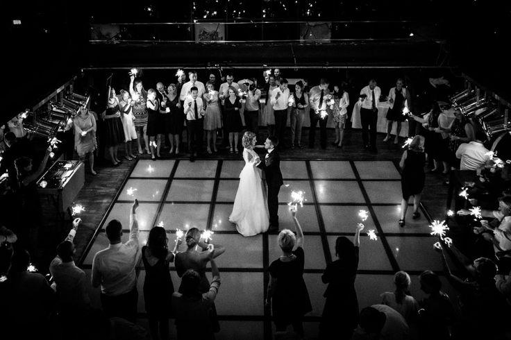 Der Eröffnungstanz von Braut und Bräutigam mit ganz vielen Wunderkerzen  Foto: ROCKSTEIN fotografie