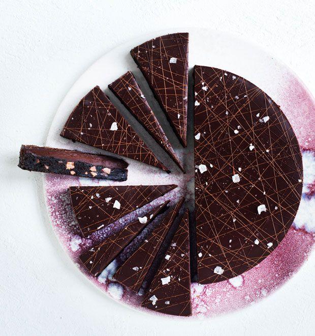 """Vi har fået lov at dele kogebogsforfatter Maja Vases mørke, intense og helt uimodståelig cookietærte med jer. Den er snuppet fra bogen """"Majas desserter"""" – og opskriften får du lige her!"""