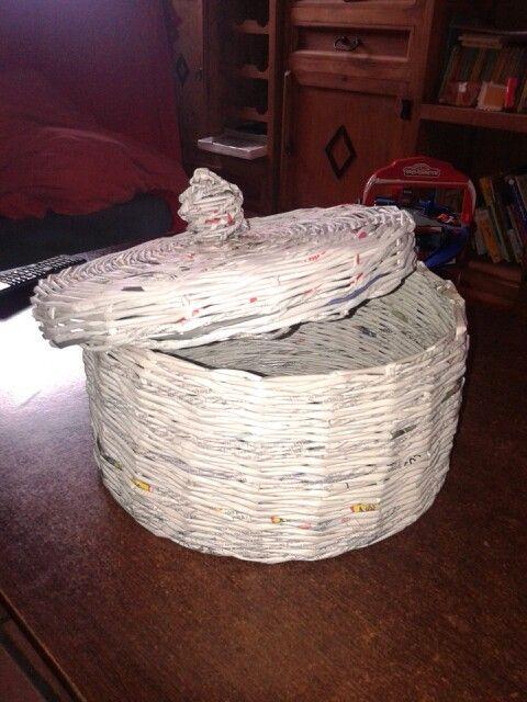 Cesta con papel periodico reciclado