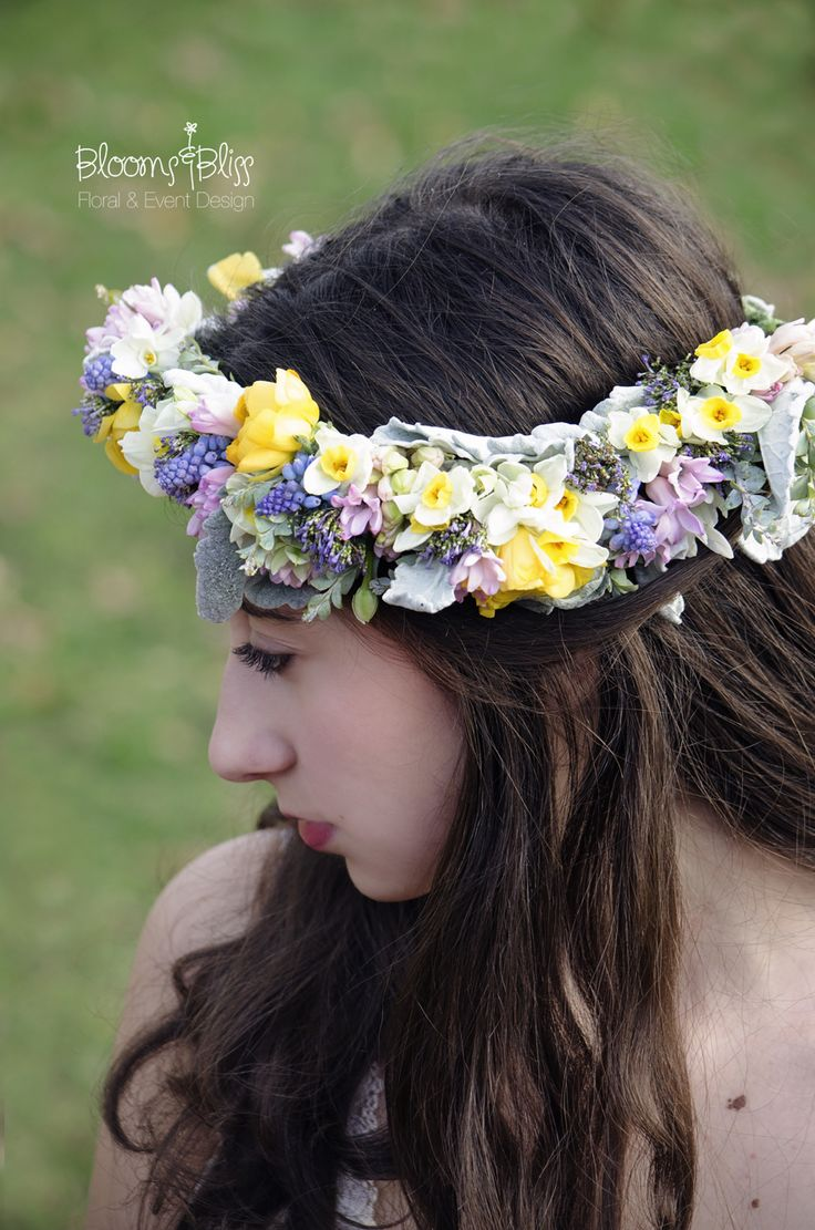 """Isabella"" fresh floral bridal crown features mini daffodils, hyacinths, ranunculus, narcissus, and dusty Miller. Bespoke fresh floral crowns and accessories available for Illinois brides, bridal party and portraiture at bloomsnbliss.com"