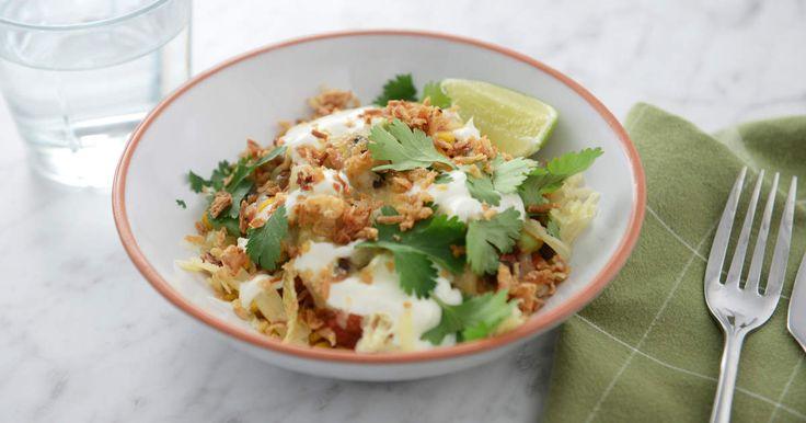 Kryddig risrätt med tomat, svarta bönor och majs. Serveras med riven ost, gräddfil, koriander och rostad lök.
