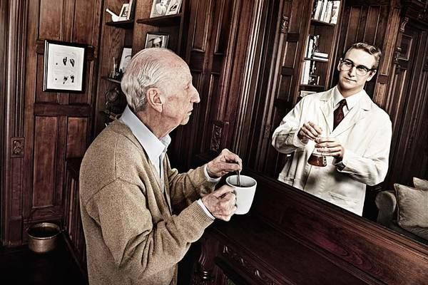 Fascinating Photos Of Old People Who See Their Younger Selves In The Mirror