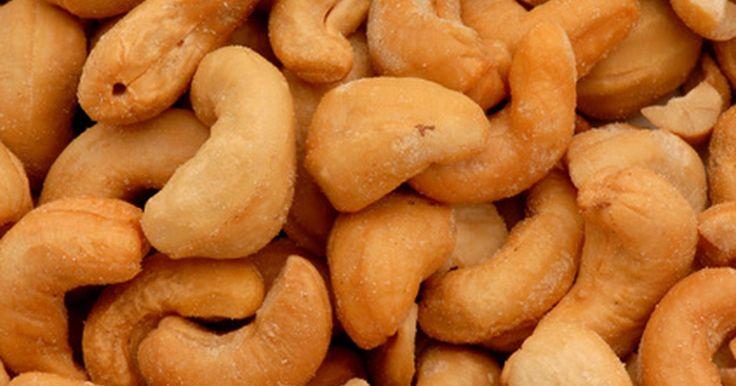 ¿Son las castañas de cajú buenas para la salud?. La castaña de cajú es nativa de Brasil y los portugueses la transportaron a la India en el siglo XV, donde hoy es uno de los cultivos primarios. Es una de las nueces actuales más cultivadas en el mundo entero. La gente cultiva los árboles de castañas por sus nueces, el aceite, la fruta y la goma. Para la salud es un proveedor de beneficiosos ...
