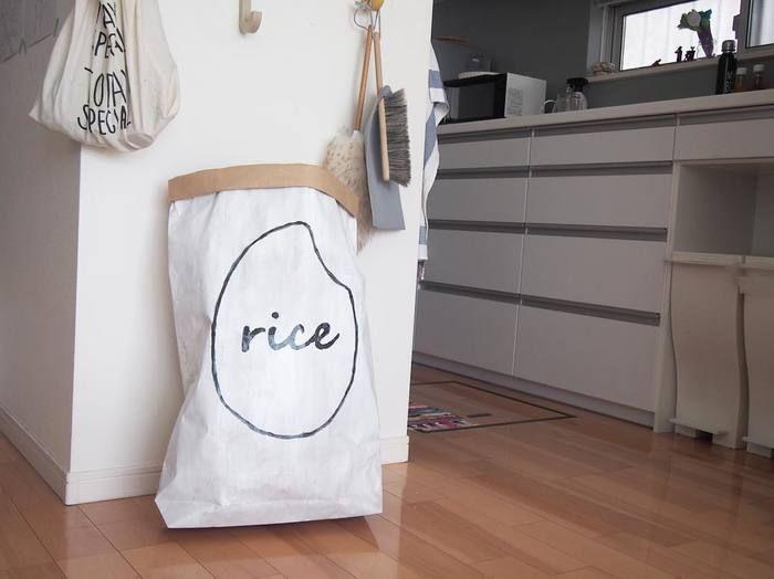 米袋をアレンジして、モダンなお米を入れるペーパーバッグにアレンジしちゃいました。大きいサイズで作れば、お米だけでなく、色々収納できてとっても便利です!