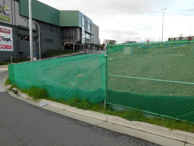 construction site fencing with green shade cloth dust blocking 01