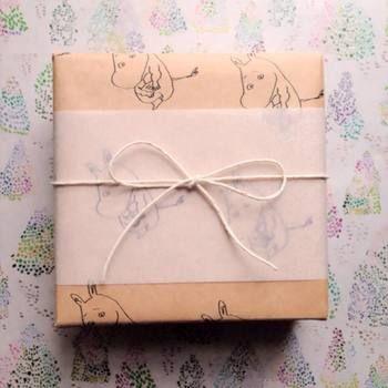 クラフト紙で包んだ後、トレーシングペーパーを巻いて紐をかけると、ちょっとよそ行きなプレゼントに早変わり。透け感がおしゃれです。