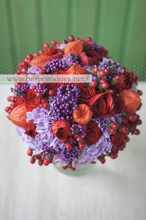 Осенний свадебный букет из красных ранункулюсов и роз с сиреневой гвоздикой и ягодами