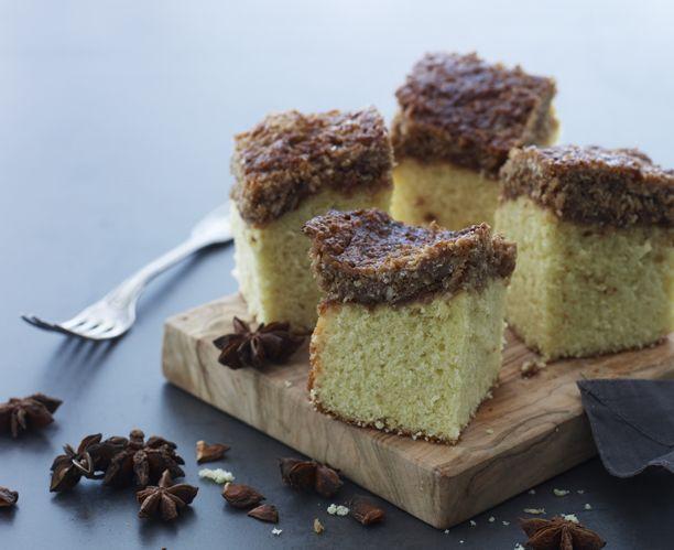 Servér en lækker drømmekage med stjerneanis og muscovadosukker, som giver den…