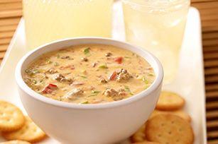 Cette trempette chaude au fromage fera fureur: prête en deux temps, trois mouvements, tout le monde s'en délectera. D'ailleurs, nous vous recommandons fortement de doubler la recette...!