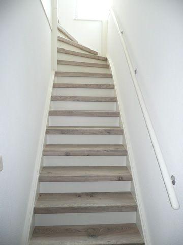 Is dit de trap die ik wil? Witte trapleuning en witte muur.