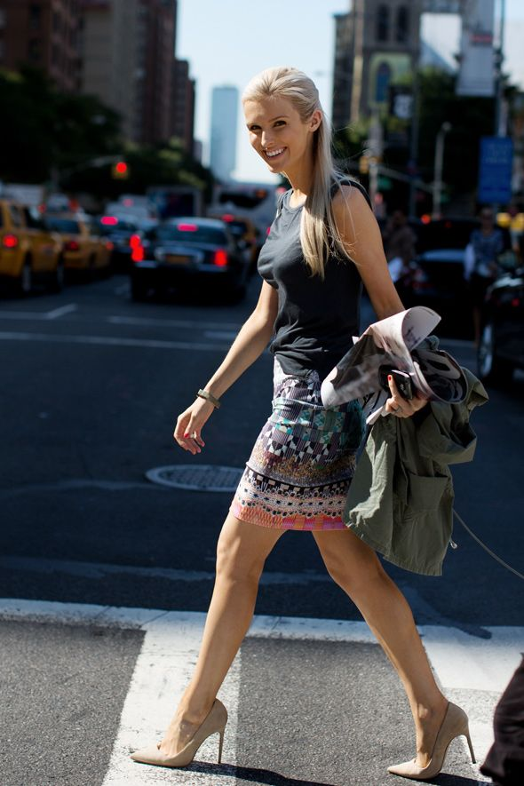 Dressy skirt and a tshirt: Street Fashion, Nature Beauty, Kate Davidson, Nudes Shoes, Kate Hudson, Fashion Week, Street Styles, Cities Styles, Tribal Skirts