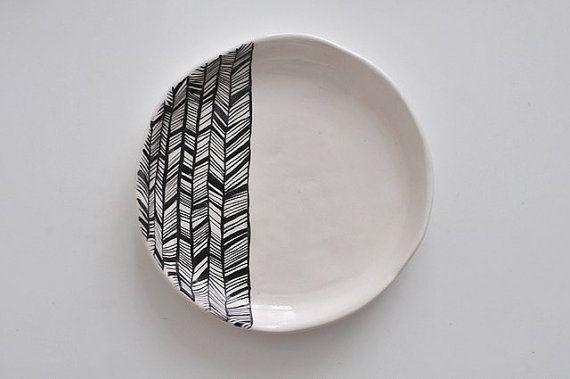 BW witte keramische plaat met zwarte abstract ornament abstracte inheemse Indiaanse patroon hedendaags minimalisme stijl zwart-wit