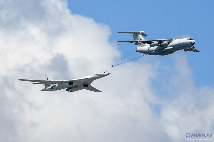 An Il-78 tanker simulates midair refueling with a Tu-160 heavy bomber.