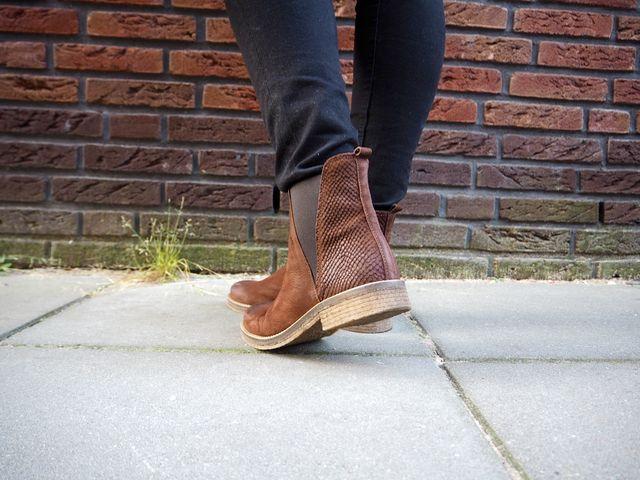 Ik heb het over de bruine Chelsea boots van het merk Shoecolate, verkrijgbaar op de webshop van Sooco Footbar. De Chelsea boots zijn onwijs makkelijk te combineren en zijn helemaal HOT dit seizoen! De Chelsea boots van Shoecolate heb je in een bruine met bordeaux rode gloed en cognac variant. Bij beide varianten is de achterkant van de schoen voorzien van een leuk animalprint wat een leuk detail is!  http://tessacsterk.nl/2016/10/08/ootd-chelsea-boots-by-sooco-footbar/