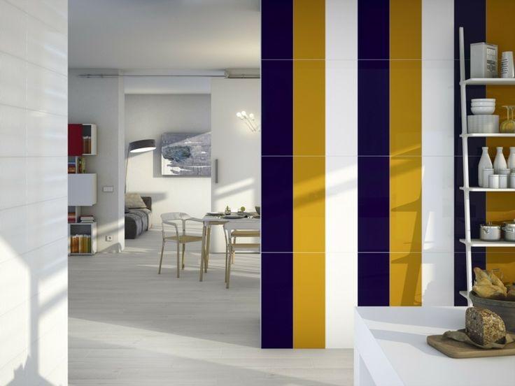 carrelage moderne mural en blanc,bleu foncé et moutarde