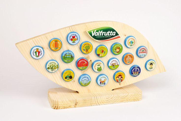 Display per brand In legno lamellare sagomato a fresa con piede ad incastro e stampa diretta U.V.