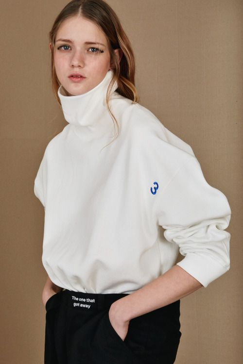 ⚪ 3 dig this loose turtle neck and pants look..