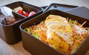 Kipfilet mals gebakken met spitskool salade. Recept voor koolhydraatarme lunch onderdeel uitmakend van de weekmenu's op gobento.nl