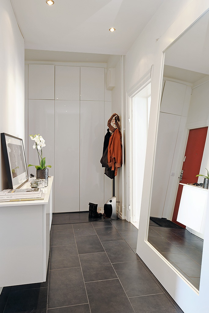 Large tiles and a huge mirror help open up any small space.  #thesoutherncCONTEST