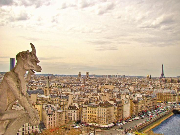 Paryż nazywany jest miastem miłości. Pełen romantycznych zaułków, kawiarenek, brukowanych alejek i szerokich bulwarów. To miasto mody, kultury i sztuki. Dla tych, którzy nie mieli jeszcze okazji go zobaczyć, przygotowałam praktyczne porady, przydatne podczas podróży do francuskiej stolicy :)