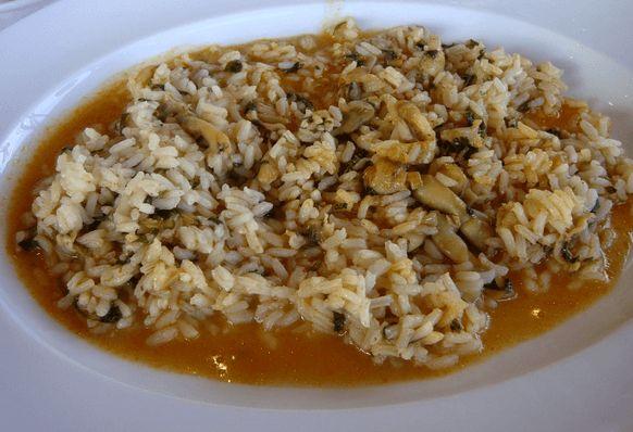 Uno de los platos estrella de Algarve: arroz con berberechos o almejas. Caldosito, con todo el sabor del mar. Muy fácil de hacer. Te va a encantar.