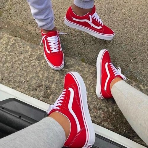 Esse é um tênis vermelho da marca VANS.Essa marca tem tênis