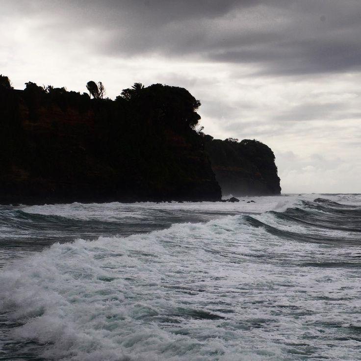 Bulletin météo : mer agitée, nuageux #sea #waves #dark #shadow #silhouette #nature #landscape #cliff #coast #shore #atlantic #caribbean #wild #westindies #antilles #martinique #travel #surf #clouds #sky #lightisvibe #ig_martinique #ig_caribbean #grey #cloudy #shades #wild