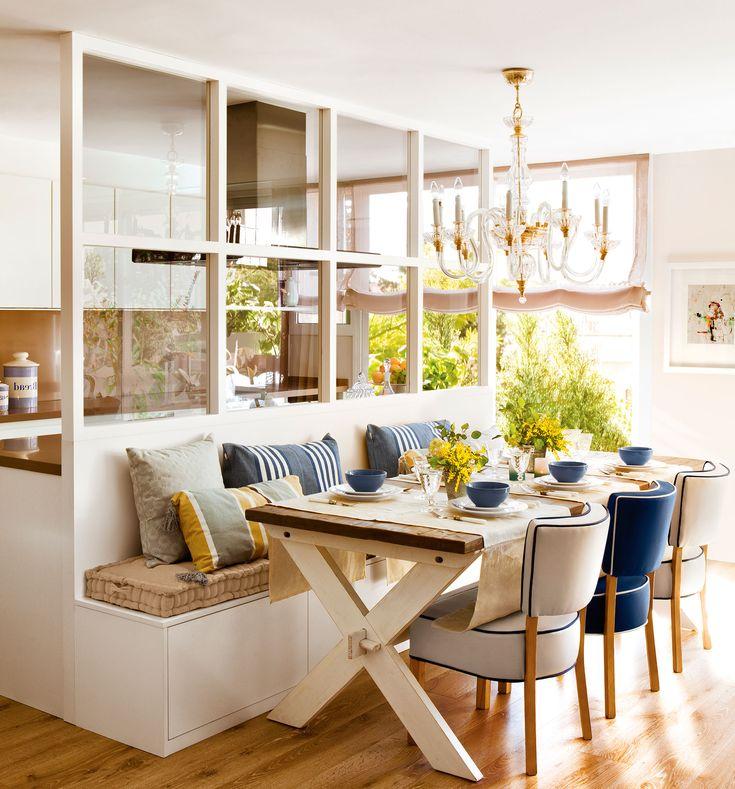 Office en blanco con un banco a medida y una cristalera que separa con la cocina
