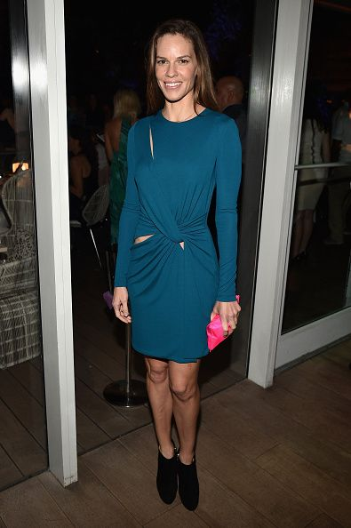 Hilary Swank attended the Vanity Fair and NSU art museum dinner carrying the Crisp Packet clutch #AnyaHindmarch