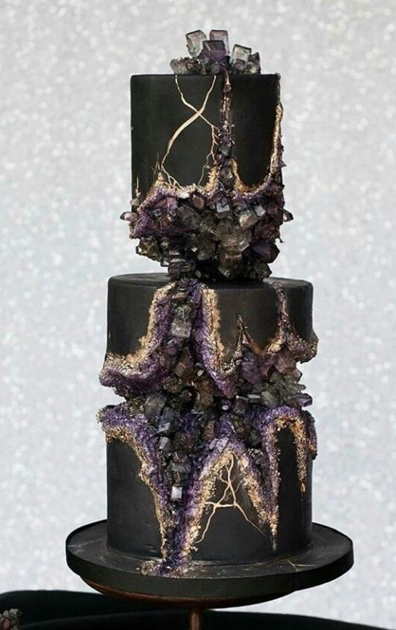 Schwarze Geode-Torte mit violetten, grauen Kristal…