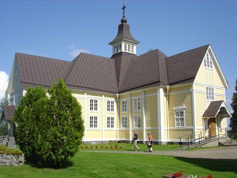 Tohmajärven puukirkko on Pohjois-Karjalan vanhin kirkko. Se sijaitsee korkealla mäellä.  Sinne on tultu entisaikaan pitäjän eri kolkista kirkkoveneillä, kävellen, kärrykyydissä tai ratsain.  Kirkko rakennettiin 1756 Kustaa III:n nimikkokirkoksi. Sisätilan maalaukset olivat kuuluisan  suomalaisen kirkkomaalarin Mikael Toppeliuksen (1734–1821) tekemiä. Nykyisin vain alttaritaulu  on jäljellä hänen suurtyöstään. (Valokuva B.G.)