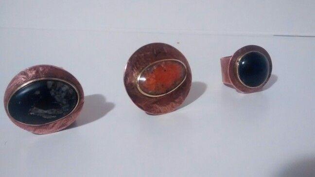 Anillos cobre con engaste de bronce, exclusivos en Turmalina negra,  granito naranjo, oxidiana,   valor $ 15000..