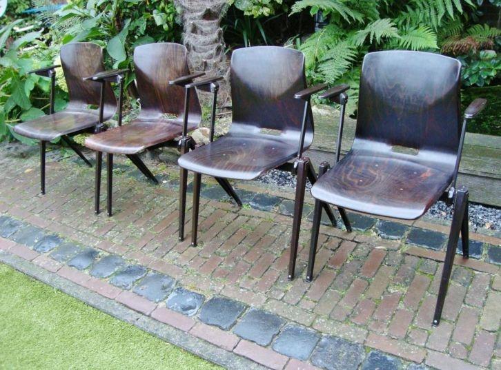 Vintage pagholz stoelen 4x met een industrieel design for Merk stoelen