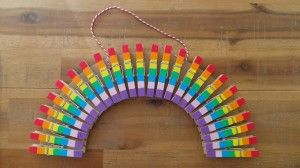 Cardhanger made of clothespins. Really easy to make. Site is in Dutch, but with lots of easy to follow photos...