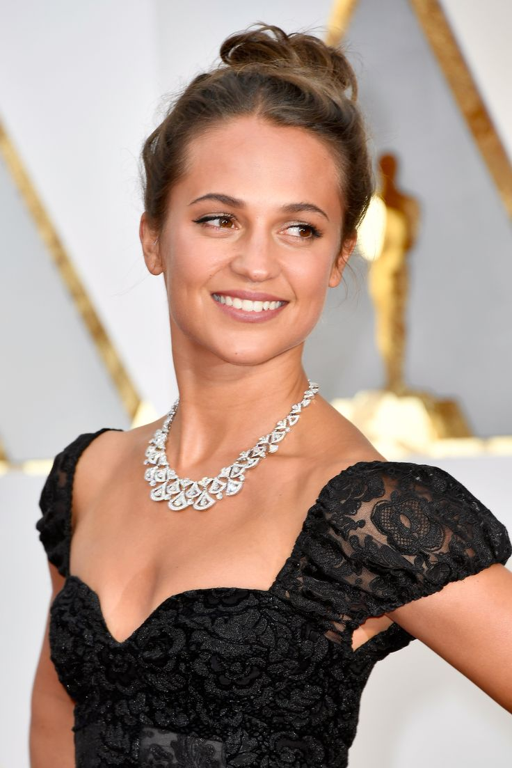 Bulgari brand ambassador Alicia Vikander wore a Divas' Dream high jewellery diamond necklace paired with a Louis Vuitton gown to the Oscars, where she presented the award for Best Supporting Actor. See the best jewellery moments on the red carpet of the Oscars 2017 worn by all the celebrity stars in high fashion and luxury: http://www.thejewelleryeditor.com/jewellery/top-5/oscars/ #jewelry