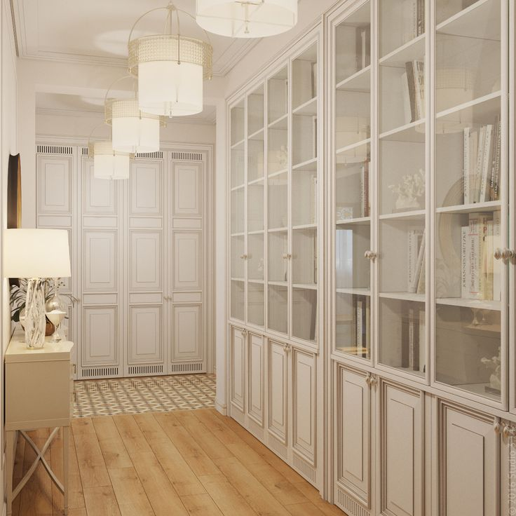 В коридоре предусмотрено хранение книг в светлых шкафах со стеклянными дверцами.