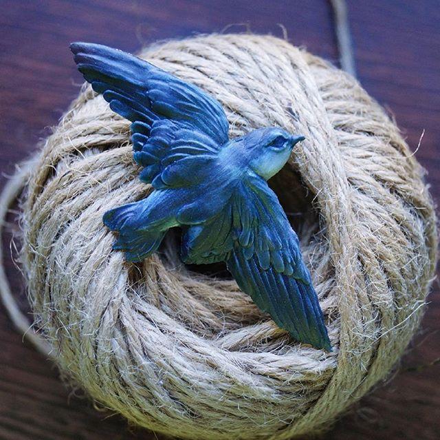 Ласточка в стаю:3 В этот раз сделала крылья более детальными, и мне очень нравится как она получилась. Больше фотографий можно посмотреть в моем паблике вконтакте, активная ссылка в описании  профиля. Материалы: полимерная глина, пастель, акрил, матовый лак.  600р. #птица#птичка#полимернаяглина#ручнаяработа#хендмейд#брошь#брошка#украшения#украшенияручнойработы#девушка#жещина#украшенияизполимернойглины#крылья#значок#мама#творчество#рукоделие#рукодельница#птицы#ласточка#зима#животные