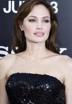 La Jolie suma una larga lista de caprichos... hizo despedir a un empleado del Ritz de Moscú por grabarla, y al resto los llevó de cabeza buscando los mejores alimentos para hacer un menú especial para sus hijos.