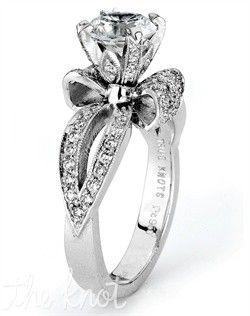 Anel feito de diamantes com formato de laço. Lindo!