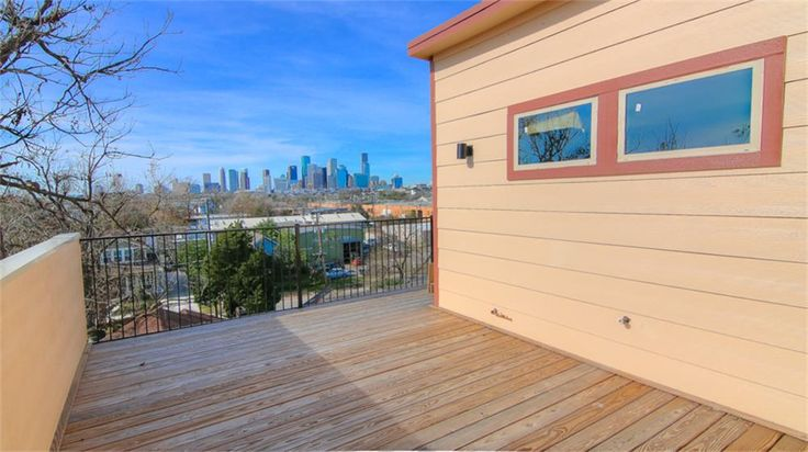 1322 Hussion, Houston, TX Terrace view of Houston, Downtown. breathtaking ! Great location, close to a major supermarket, metro rail and highway.   Minutes from UofH, George R Brown, minute maid, Toyota Center, and all of amenities from EADO.   Great terrace to entertain and plenty of space to enjoy awesome views of Downtown!
